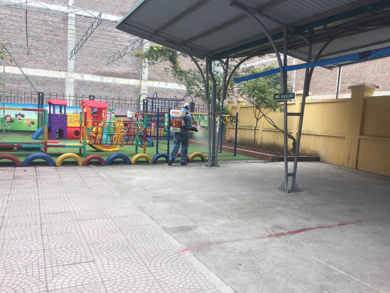 Tổng dọn vệ sinh môi trường trong và ngoài lớp học nhằm phòng chống dịch bệnh Virut Corona